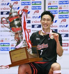 全日本総合選手権男子シングルスで優勝し笑顔の桃田(代表撮影)
