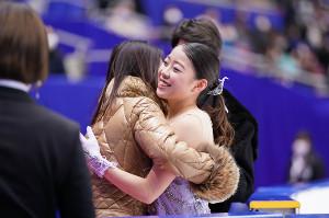 女子フリーの演技を終えて浜田美栄コーチと抱き合う紀平梨花(カメラ・矢口 亨)