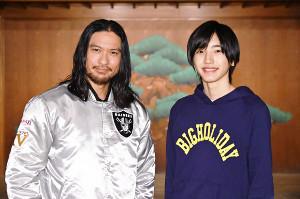 ドラマで共演する長瀬智也と道枝駿佑(右)