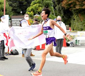 11月、全日本大学駅伝を制して喜ぶ駒大・田沢廉