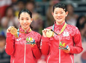 16年8月、リオ五輪の女子ダブルスで金メダルを獲得し笑顔を見せる高橋礼華(右)、松友美佐紀組