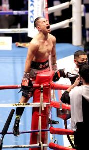 8回、田中恒成からTKO勝ちを決め雄たけびをあげた井岡一翔(カメラ・竜田 卓)
