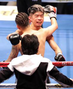 TKO負けした田中は井岡と抱き合って健闘をたたえ合った