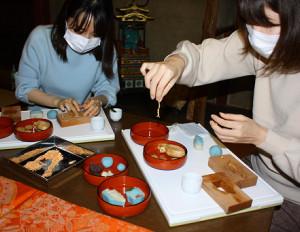 木型で北陸新幹線の和菓子づくり体験(南砺市の田村萬盛堂)