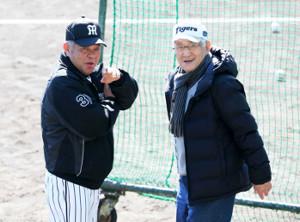 17年、阪神キャンプを訪れ掛布2軍監督(左)と話す安藤統男さん
