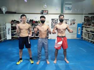 正月返上で練習を行ったWBO世界フライ級王者・中谷潤人(中)は森田陽(右)、清水直樹(左)のライト級選手とスパーリングを敢行した(M・Tジム提供)