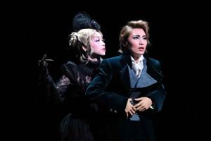 宝塚大劇場で初日を迎えた雪組公演「fff―フォルティッシッシモ―」の一場面。聴力を失いつつあるベートーベン(望海風斗、右)に近づく謎の女(真彩希帆)