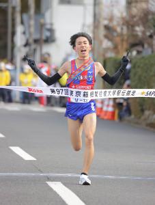 往路優勝のゴールテープを切る創価大5区・三上雄太