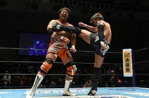 昨年12月23日の東京・後楽園ホール大会で小島聡(左)に強烈なキックをたたき込んだKENTA(新日本プロレス提供)