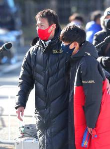 創価大・榎木和貴監督(左)