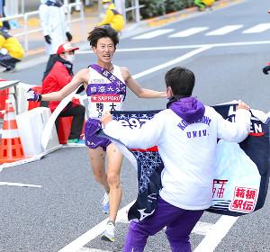 総合優勝した駒大10区・石川拓慎