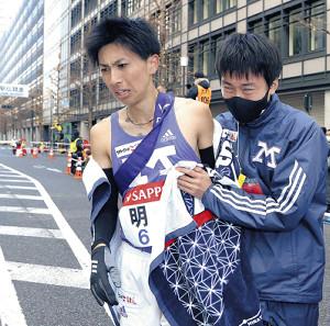 総合11位でゴールした明大10区・長倉(左)