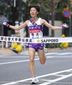 総合優勝でゴールした10区アンカーの駒大・石川拓慎