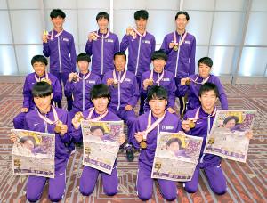 総合優勝から一夜明け、駒大の記事が掲載されたスポーツ報知を手にポーズ決める選手たち(カメラ・中島 傑)