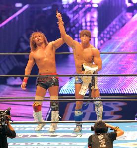 2冠王者に輝いた飯伏幸太(右)は内藤哲也から2本のベルトを直接手渡されて称えられた(カメラ・泉 貫太)