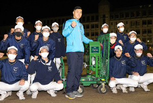 母校に高性能の打撃マシンを寄贈し、後輩たちとともにポーズをとる阪神ドラフト1位の佐藤輝(中央)