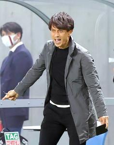 イレブンに指示を出すG大阪・宮本恒靖監督