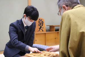 第79期順位戦B級2組9回戦で中村修九段(右)と対局する藤井聡太二冠(提供:日本将棋連盟)