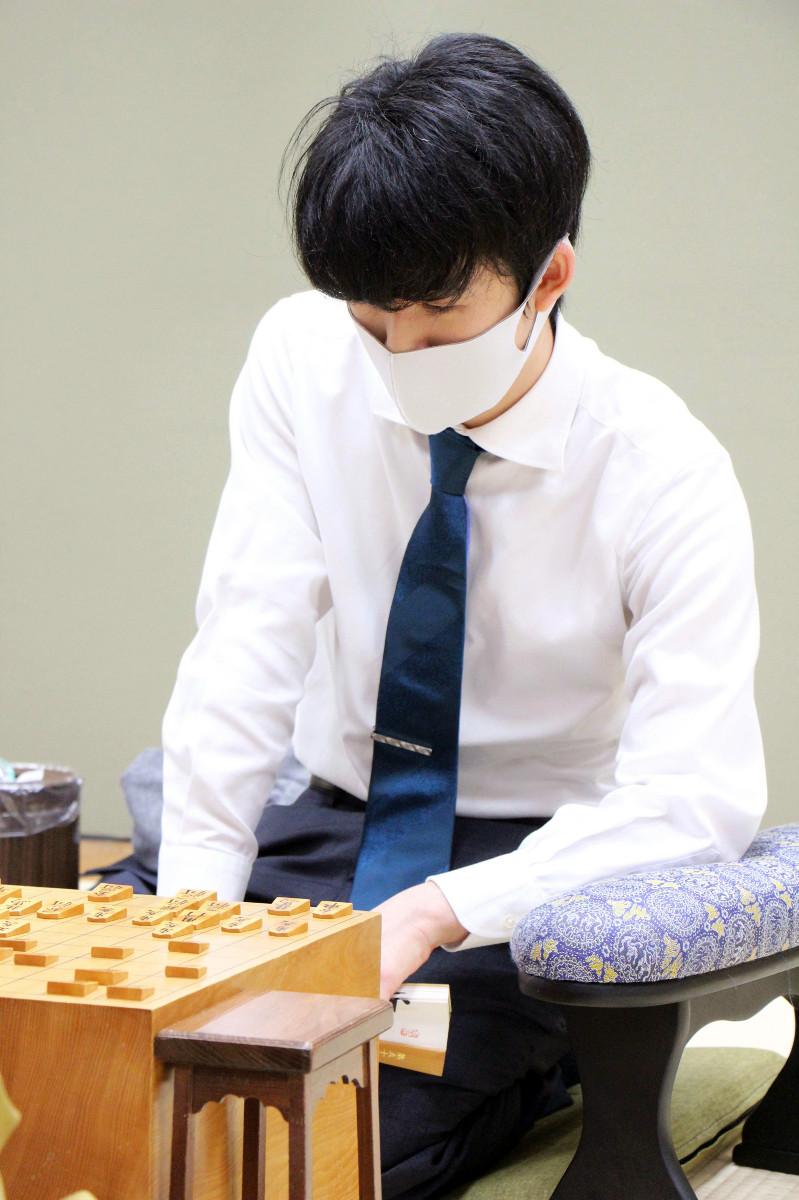 第79期順位戦B級2組9回戦で中村修九段を下した藤井聡太二冠(日本将棋連盟提供)