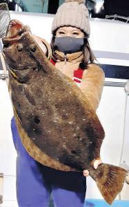 この日最長寸67センチのヒラメを釣り上げた吉田咲月さん