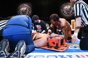6日の試合後、リング上で動けなくなり、担架搬送された天山広吉に話しかける小島聡(新日本プロレス提供)