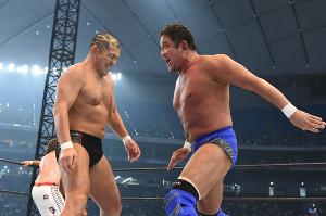 1・4東京ドーム第0試合に登場した鈴木みのる(左)と永田裕志(新日本プロレス提供)