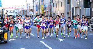 1区、集団で走る各校の選手
