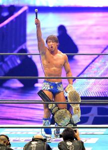 「1・5」のメインイベントで2冠タイトルの初防衛を果たした飯伏幸太は観客席にマイクを突き上げアピール(カメラ・泉 貫太)
