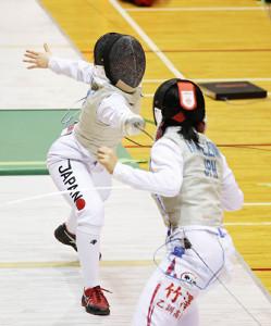 女子フルーレ3位決定戦で竹沢(手前)を破った上野