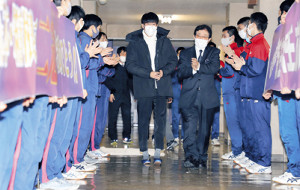 青森山田の後輩たちから出迎えを受ける駒大・田沢(中央左)