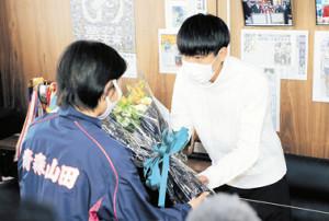花束を受け取る駒大・田沢
