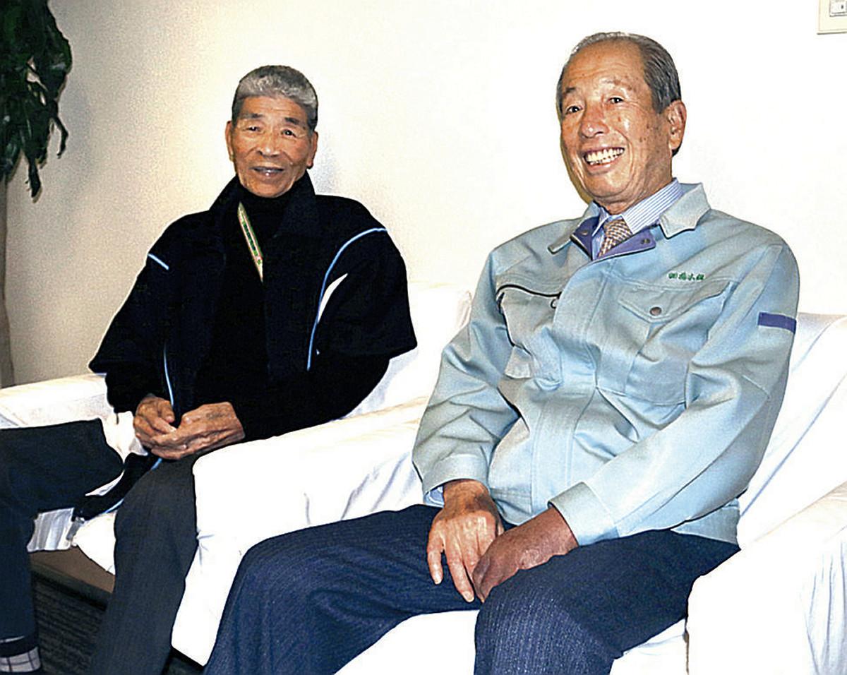 昨年4月にスポーツ報知のインタビューに応じた田所さん(左)(右は静岡商時代のチームメート・橋本喜史さん)
