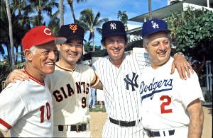 77年12月、記念撮影する長嶋監督(左から2人目)とメジャーの(左から)レッズのアンダーソン、1人おいてヤンキースのマーチン、ドジャースのラソーダの各監督
