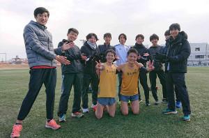 箱根駅伝の戦いを終え、笑顔を見せる松葉慶太(後列中央左)ら青学大4年生