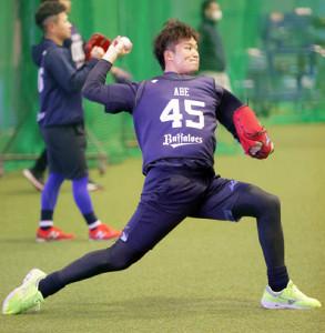 キャッチボールを行うドラフト6位・阿部翔太