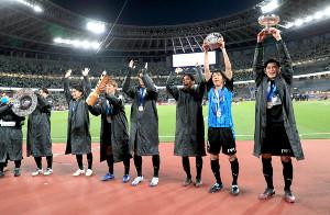 サポーターに天皇杯とJリーグ優勝シャーレ、特製風呂桶などを掲げる川崎Fの選手たち