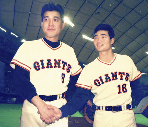 89年の開幕戦、完投勝利した桑田(右)と2本塁打を放った原辰徳がお立ち台で握手