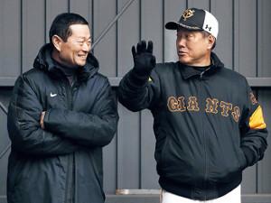 意見交換する桑田氏(左)と原監督