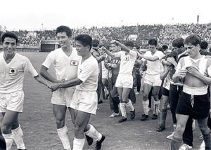 64年東京五輪1次リーグのアルゼンチン戦に勝利した後、釜本邦茂(左から2人目)らと握手する川淵氏(左から3人目)