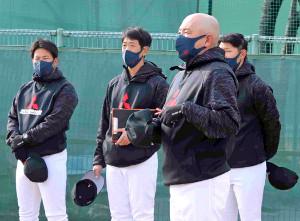 初練習であいさつする三菱重工Westの小田幸平ヘッドコーチ