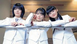 ポーズをとる櫻坂46の(左から)藤吉夏鈴、森田ひかる、山﨑天