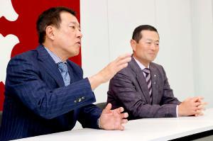 巨人の投手チーフコーチ補佐就任が決まり、原監督(左)とオンライン会見に臨んだ桑田真澄氏