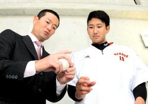 13年の春季キャンプ、桑田氏からカーブの投げ方をアドバイスされる菅野