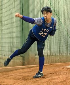 新人合同自主トレでブルペン入りしたDeNAドラフト1位・入江大生投手(球団提供)