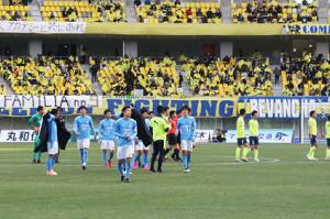 昨年の最終節、栃木戦後にピッチを引き揚げる磐田イレブン