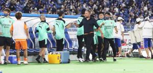 20年9月16日の24節、横浜Mに敗戦後、スタッフをねぎらう清水のクラモフスキー元監督(中央)