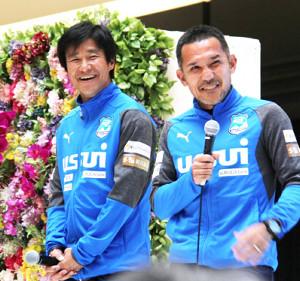 昨年のJ3沼津の決起集会で笑顔を見せる中山雅史(左)。右は伊東輝悦