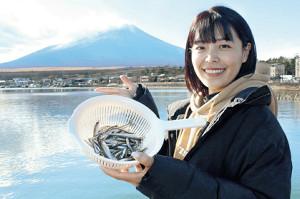富士山を見ながら山中湖で初釣りをしたみらいちゃん。ワカサギが釣れてご満悦(なぎさで)