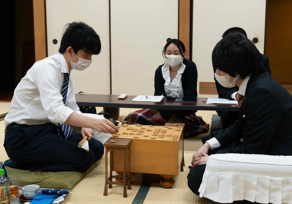 昨年6月、藤井聡太七段(当時)との対局(日本将棋連盟提供 将棋会館で)