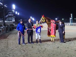 船橋記念を勝ったキャンドルグラスと御神本(表彰式、左端は川島調教師)